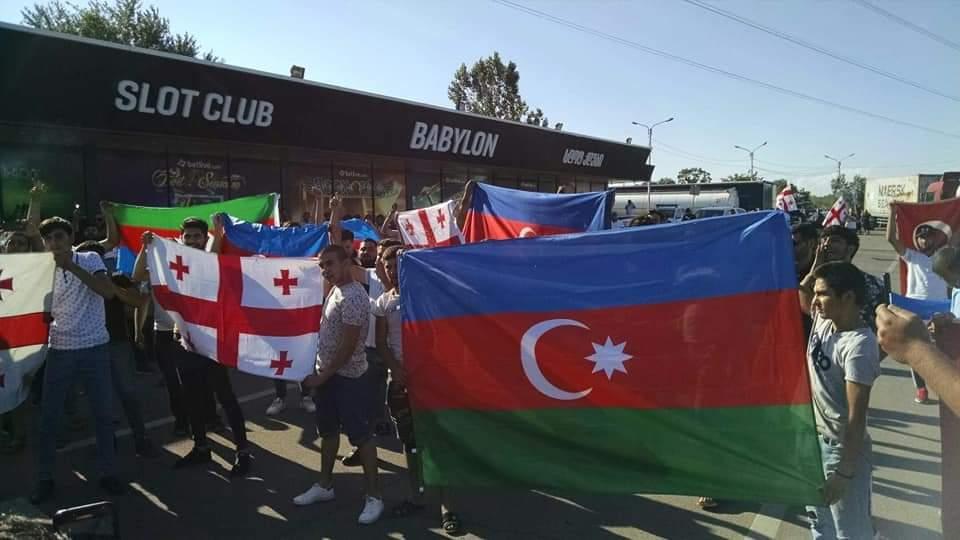 """Gürcüstandakı azərbaycanlılar """"Qırmızı körpü"""" yaxınlığında aksiya keçirir -  Erməni təxribatına qarşı"""