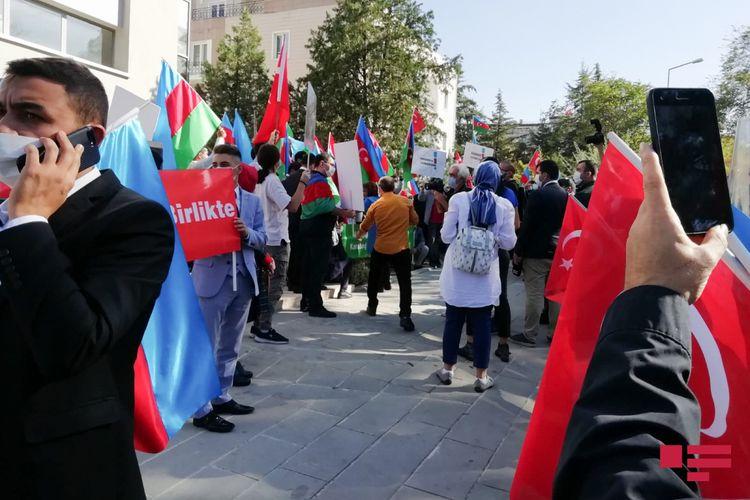 Fransanın Türkiyədəki səfirliyi qarşısında etiraz aksiyası keçirilib