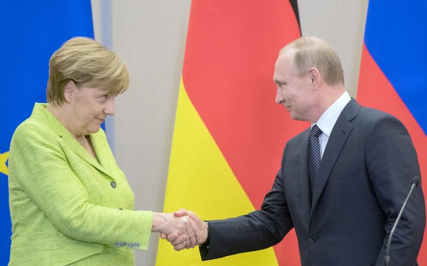 Putinlə Merkel arasında telefon danışığı olub - Nələr müzakirə edilib?