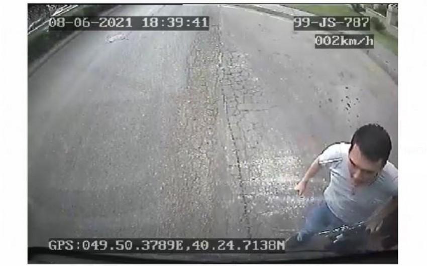 Bakıda sərnişin avtobusun şüşəsini yumruqla sındırdı - VİDEO